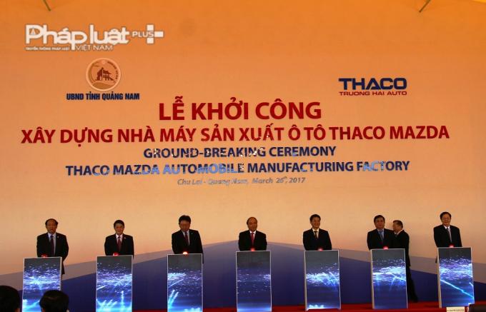 Thủ tướng Chính phủ và lãnh đạo các ban ngành cùng bấm nút khởi công công trình.