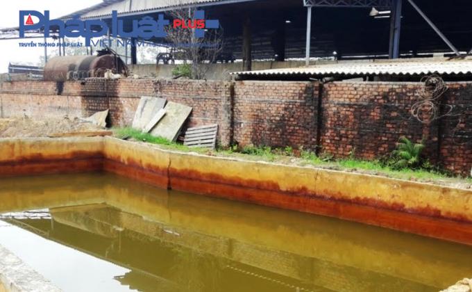 Khu vực bể chứa nước thải của nhà máy kẽm không có hệ thống xử lý nước thải, mái che.