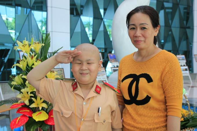 Hình ảnh cậu bé ung thư mơ làm CSGT Đỗ Tuấn Dũng và người mẹ Nguyễn Thị Thùy Dương.