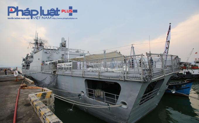 Phần đuôi tàu HMNZS Te Kahad có sàn đáp và nhà chứa cho trực thăng.