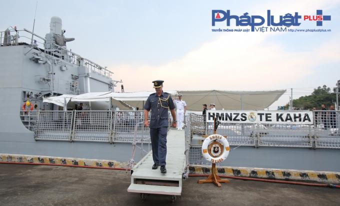 Rời thủ đô Manila của Philippines, chiến hạm HMNZS Te Kaha của Hải quân Hoàng gia New Zealand có mặt tại cảng Tiên Sa, quận Sơn Trà, TP Đà Nẵng vào chiều 12/4, với 180 thủy thủ đoàn do Trung tá Steven Lenik chỉ huy tàu.