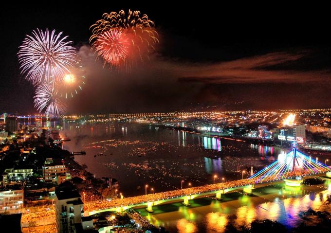 Người dân Đà Nẵng và khách du lịch chờ bữa tiệc pháo hoa.