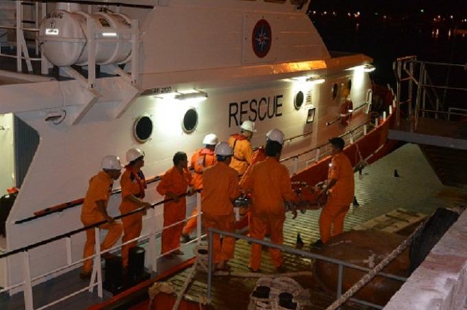 Các chiến sĩ Trung tâm 2 có mặt kịp thời đưa ngư dân gặp nạn trên biển về bờ chữa trị. (Ảnh minh họa).