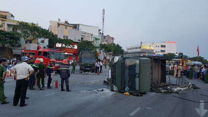 Hiện trường vụ lật xe khiến 2 chiến sĩ PCCC bị thương.