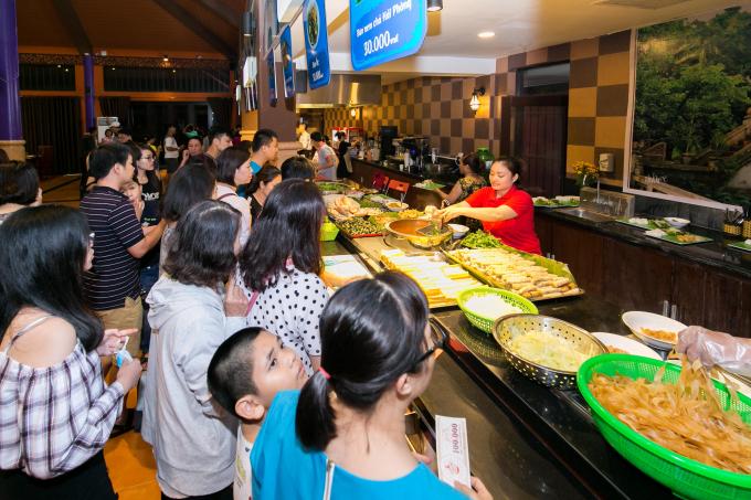 Các sự kiện phụ trợ như Lễ hội đường phố, không gian ẩm thực... thu hút thực khác,khách du lịch ghé thăm.