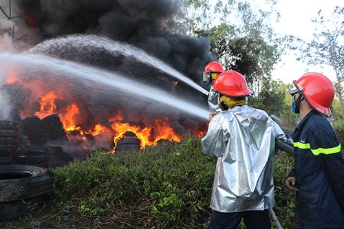Kết quả hình ảnh cho cháy lốp xe phế thải