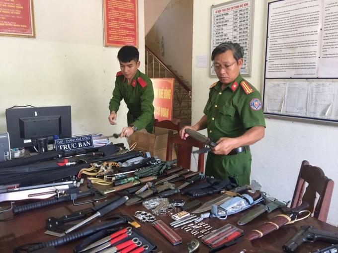 Số vũ khí nóng cơ quan chức năng phát hiện tại nhà của Viên. Ảnh: TTCSTPĐN.