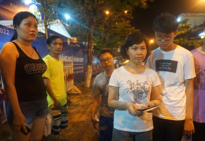 Gia đình chị Hạnh mua phải 3 vé giả trong 8 vé mua được.
