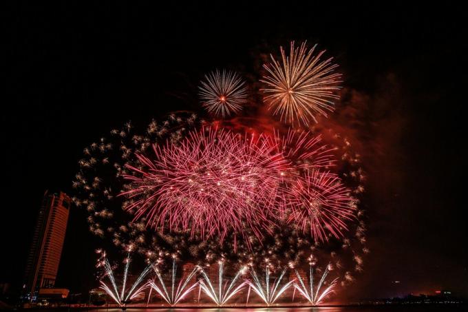 Màn bắn của đội Anh biến bầu trời Đà Nẵng rực rỡ trong ánh sáng pháo hoa.