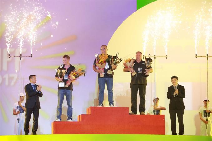 Ban tổ chức trao giải cho ba đội thi trong đêm chung kết DIFF 2017.