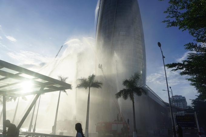 Tình huống giả định được đưa ra là đám cháy xảy ra tại Văn phòng làm việc của Sở Lao động, Thương binh và Xã hội - tầng 20 Tòa nhà Trung tâm hành chính TP Đà Nẵng.