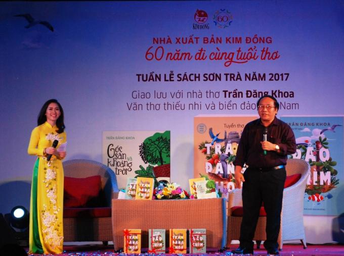 Điểm nhấn của đêm khai mạc là độc giả có cơ hội giao lưu, nhận quà của nhà thơ nổi tiếng Trần Đăng Khoa.