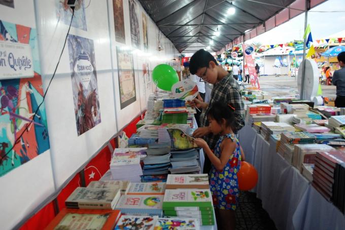 Vẫn trong kỳ nghỉ nghè, các độc giả nhí cũng tranh thủ đi mua sách.