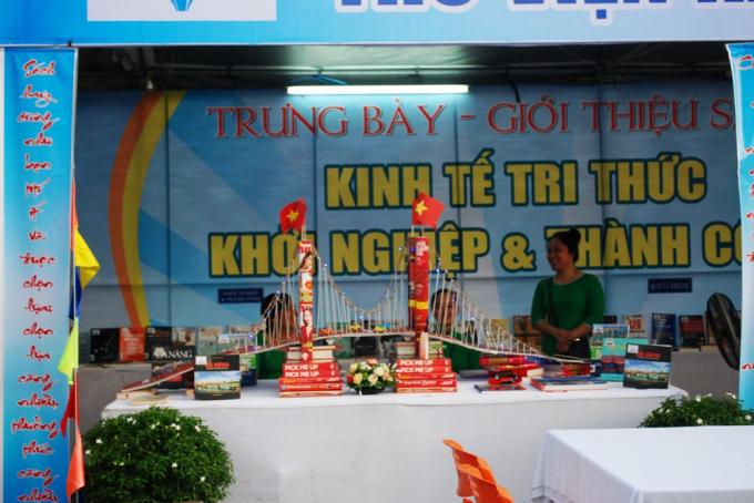 Hình ảnh cầu Thuận Phước được làm từ những cuốn sách tham dự Tuần lễ sách.