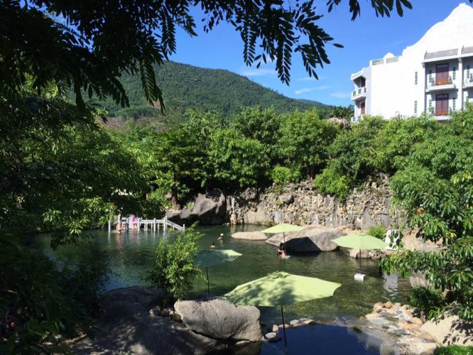 Du khách đắm mình trong hồ khoáng nóng lộ thiên, cùng không gian xanh tươi của rừng nguyên sinh Bà Nà - Núi Chúa.
