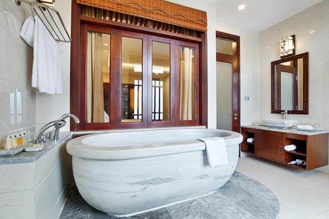 Khu vực khách sạn với phòng nghỉ, nhà tắm đẳng cấp cao phục vụ các gia đình lưu trú lại suối khoáng nóng.
