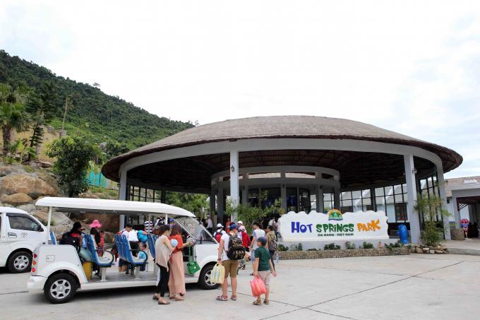 Càng về cuối tuần, du khách đông đảo đổ về suối khoáng nóng nằm ở huyện Hòa Vang, TP Đà Nẵng.