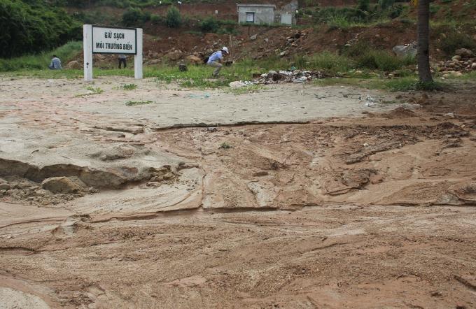 Nhiều khu vực thuộc dự án bị sạt lở mạnh, bùn đổ từ trên dự án xuống biển.