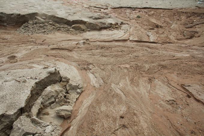 Bùn đổ xuống biển với số lượng lớn, khiến hiện tượng sụt lở ở dự án này càng lớn hơn trước mùa mưa.