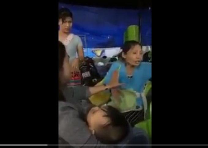 Hình ảnh người phụ nữ đang phân trần cháu bé là con trai mình. (Ảnh chụp từ clip)