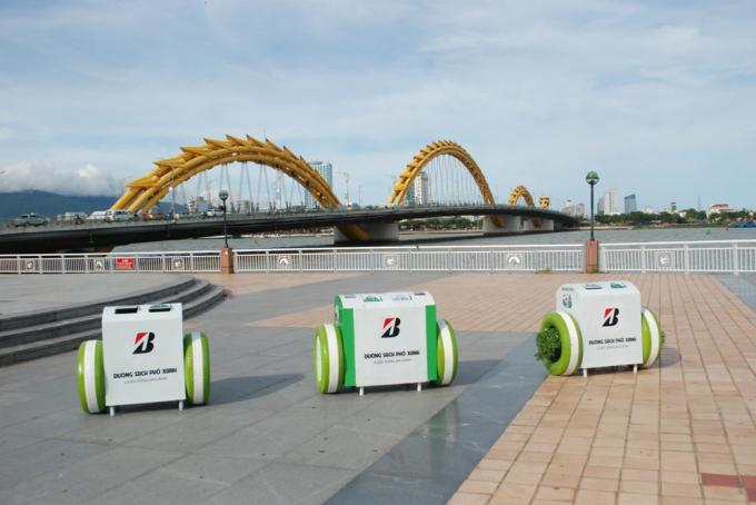 Mỗi thùng rác thông minh có thể sạc pin cho 3 điện thoại cùng một lúc, từ nguồn năng lượng mặt trời.