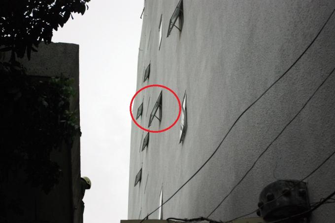 Sau khi cơ quan chức năng đến hiện trường xác định nam thanh niên đặt phòng 302 (vòng tròn đỏ) tại khách sạn M.T (115 Nguyễn Tất Thành).