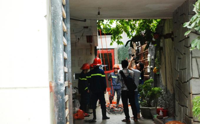 Nơi phát hiện thi thể là mái bằng nhô ra từ tầng hai căn nhà bên cạnh khách sạn M.T.