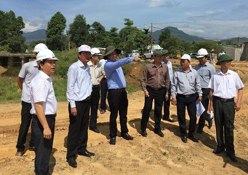 Lãnh đạo TP Đà Nẵng kiểm tra thực địa dự án kênh thoát lũ tổng thể khu vực Hòa Liên. Ảnh: danang.gov.vn.