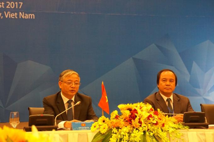 Thứ trưởng Bộ LĐ, TB &XH Doãn Mậu Diệp (trái) thông tin về Tuyên bố chung.