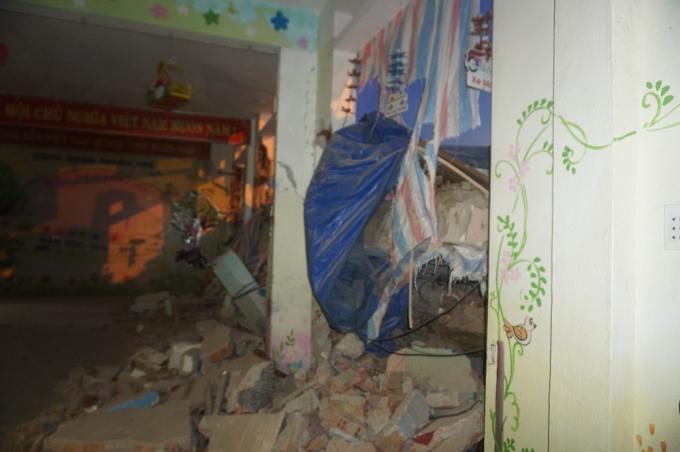 Phần tường trường mầm non bị đổ sập.