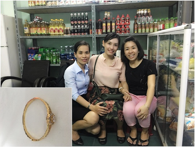 Du khách Bích Châu (giữa) nhận lại chiếc lắc vàng từ nhân viên BQL và vợ anh Hùng (áo đen). Ảnh: NVCC.