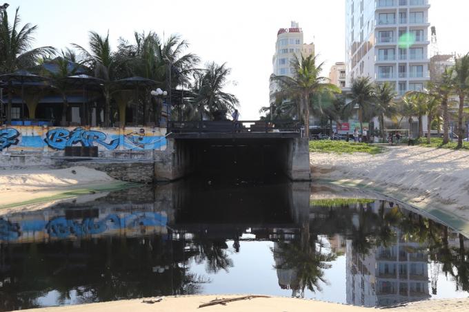 Cơ quan chức năng phát hiện nhà thầu thi công là Công ty CP Xây dựng Hồng Trí Việt đấu nối xả thải chưa có văn bản chấp thuận, làm quá tải hệ thống xả thải, gây ra hiên tượng ô nhiễm cửa xả thải Mỹ An.