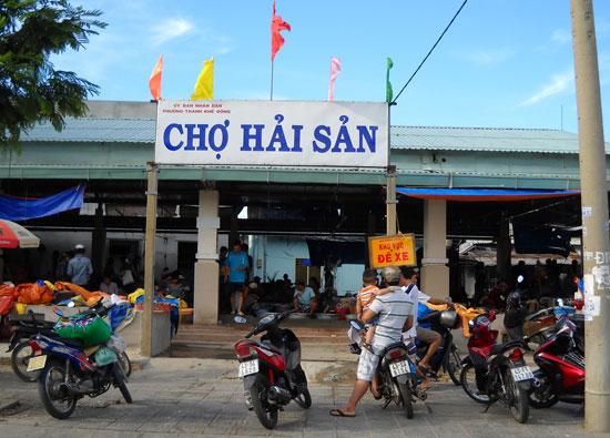 Cơ quan chức năng phát hiện tiểu thươngMai Thị Cúc (chủ quầy 19 Chợ Hải sản tại phường Thanh Khê Đông) có sử dụng tạp chất Agar. (Ảnh minh họa).