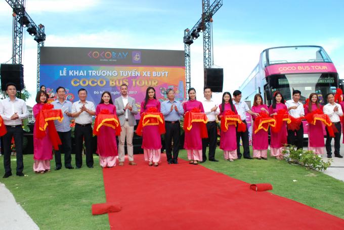 Lãnh đạo thành phố và các sở ban ngành tại Đà Nẵng cắt băngkhai trương tuyến xe Coco Bus Tour.