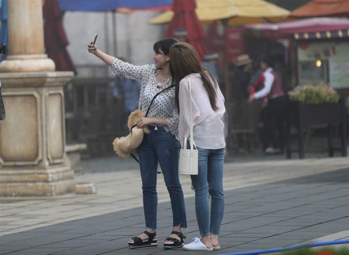 Các cô gái trẻ Hàn Quốc tranh thủ selfie ghi lại những khoảnh khắc lưu lại Việt Nam.