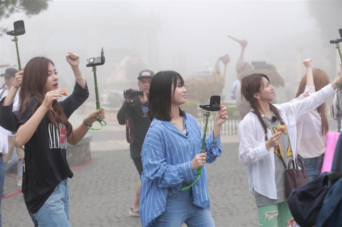 Màn sương mờ giăng phủ trên đỉnh Bà Nà khiến các thành viên TWICE phấn khích vàhọ tự ghi lại hình ảnh để chia sẻ trên trang cá nhân của mình. Có mặt đúng thời điểm khu du lịch đang tổ chức lễ hội bia B'estival 2017, TWICE ấn tượng trước sự công phu của những tiểu cảnh, và không khí tưng bừng không kém những lễ hội Oktobefest khác.