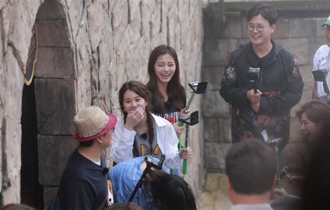 Các thành viên của ban nhạc nữ TWICE có mặt tại Việt Nam để ghi hình cho chương trìnhCarefree Travellers.