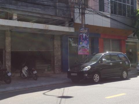 Căn nhà số 43 Nguyễn Thái Học (sau chiếc ô tô màu đen)của Bí thư Đà Nẵng Nguyễn Xuân Anh.