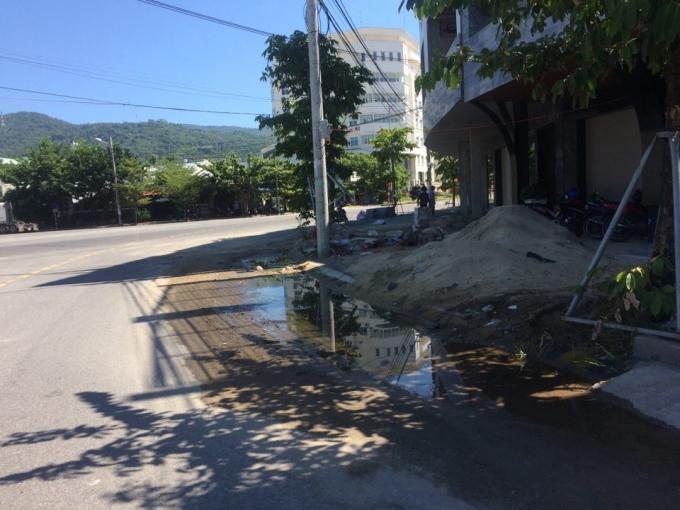Hình ảnh chụp ngày 18/9 khi cát đổ đầy đường, nước đọng dọc vỉa hè tại đường Trần Nhân Tông.