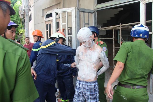 Cảnh sát PCCC TP Đà Nẵng ứng cứu kịp thời trước khi nam thanh niênnhảy lầu. Ảnh: PCCC ĐN.