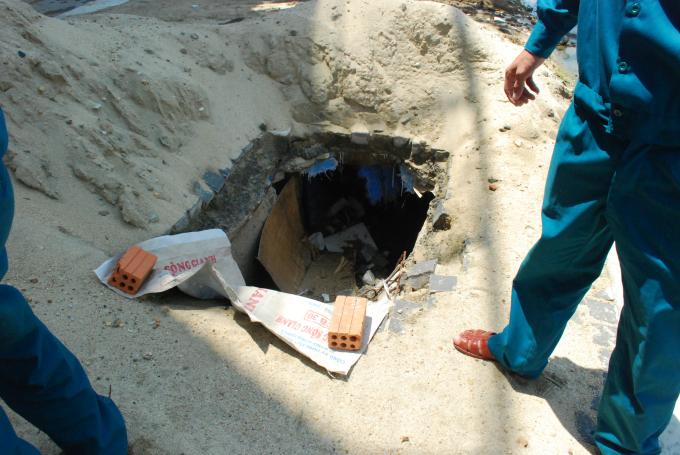 Ống thoát nước cũng để lộ thiên, không che chắn, không đảm bảo an toàn.