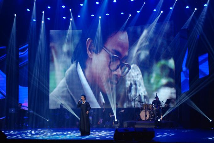 Tên tuổi nữ danh ca Khánh Ly gắn liền nhữngca khúc bất hủ của nhạc sĩ Trịnh Công Sơn như Để gió cuốn đi, Cúi xuống thật gần, Cát bụi…