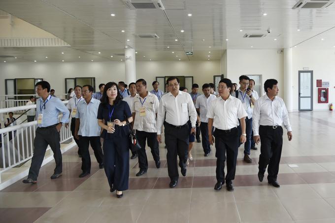Phó Thủ tướng Phạm Bình Minh cùngChủ tịch UBND TP Đà Nẵng Huỳnh ĐứcThơ có mặt tại Trung tâm báo chí quốc tế APEC 2017.