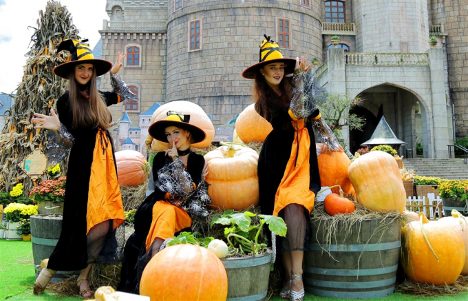Hơn 10 tấn bí, ngô và táo đã được sử dụng để trang trí tiểu cảnhcho lễ hội Halloween.