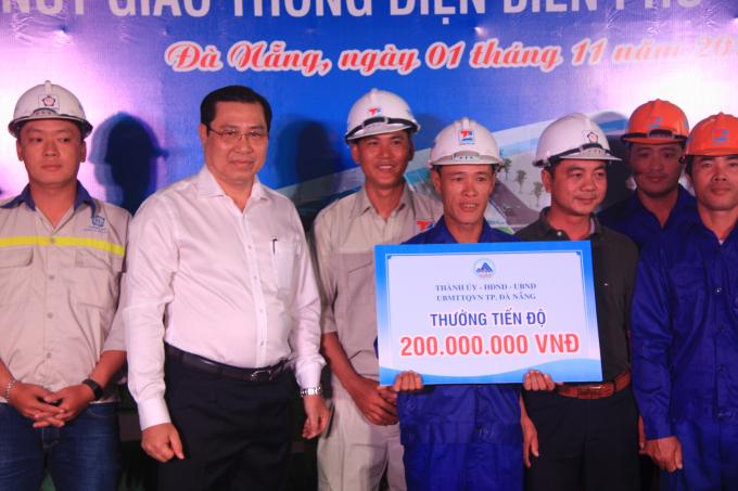 Chủ tịch UBND TP Đà Nẵng Huỳnh Đức Thơ thưởng nóng 200 triệu cho công nhân.