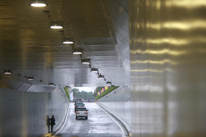 Phía trong hầm chui Điện Biên Phủ vừa được thông xe kỹ thuật.