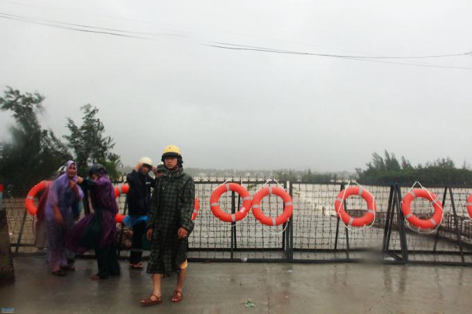 Dựng rào chắn lũ trên quốc lộ 24B tại cầu Khê Hòa. Ảnh: Báo Quảng Ngãi.