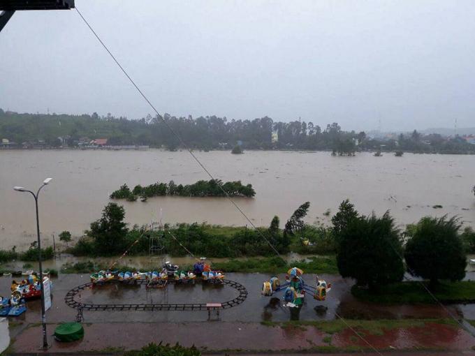 Tình trạng ngập lụt tiếp diễn ở vùng trũng thấp của tỉnh Quảng Ngãi. Ảnh: FB QNQHT.