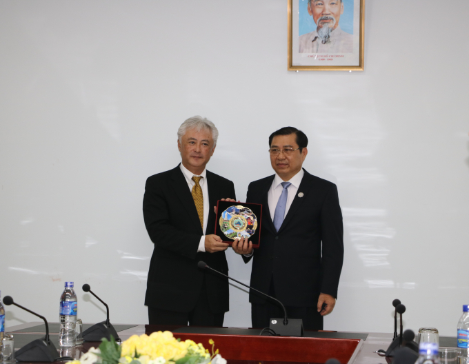 Chủ tịch UBND TP Đà Nẵng Huỳnh Đức Thơ (phải) tặng quà cho đại diện Tập đoàn Mitsui.