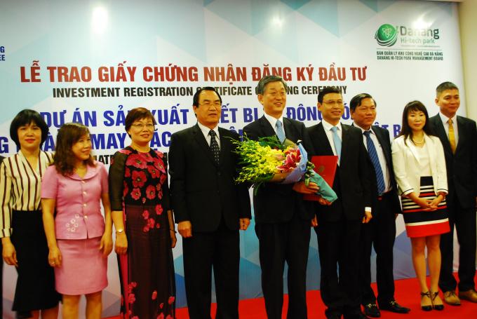 Lãnh đạo TP Đà Nẵng trao giấy chứng nhận cho ôngShogo Kondo - Chủ tịch HĐQT công ty Yamato của Nhật Bản.